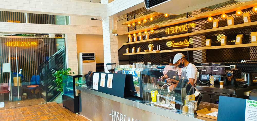 장애인 바리스타와 한국인 매니저가 음료를 만들고 있는 모습